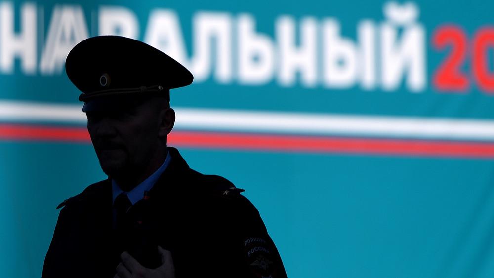 Полицейский пригрозил убить волонтера штаба Навального, который сравнил его зарплату сошведской