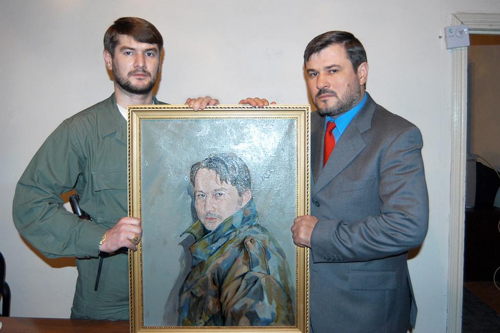Братья Сулим иРуслан Ямадаевы спортретом своего брата Джабраила. Фото: Юрий Тутов/ Коммерсантъ