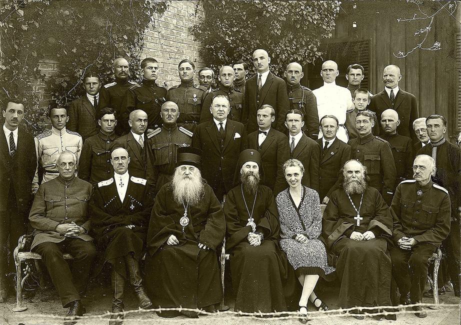 Пётр Врангель (второй слева внижнем ряжу) ичлены Русского Обще-Воинского Союза вЮгославии, 1927 год