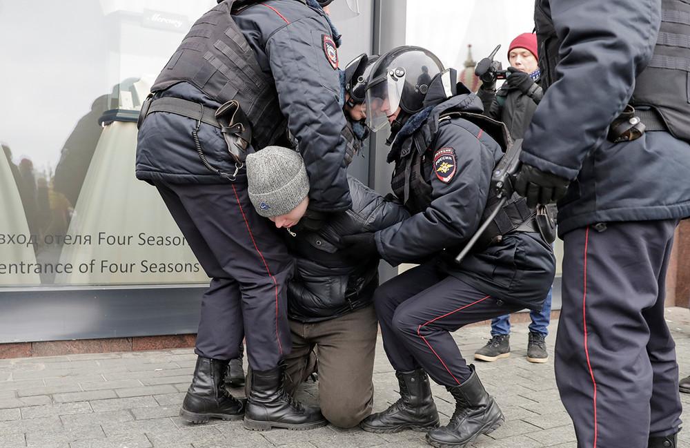 Суд вынес первые приговоры занеповиновение полиции задержанным 5ноября