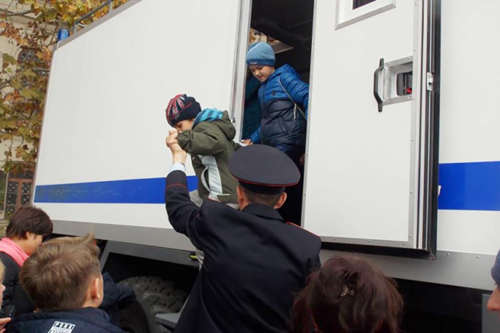 ВСевастополе вчесть Дня полиции детям разрешили посидеть вавтозаке