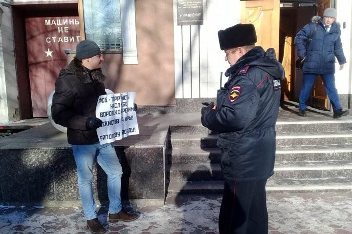 Напикетчика вНовосибирске напал вышедший изздания ФСБ неизвестный человек