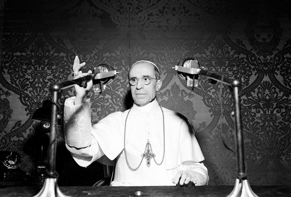 Папа Пий XIIво время эфира радиостанции «Радио Ватикана», 1947год. Фото:  Luigy Felici/ AP/ East News