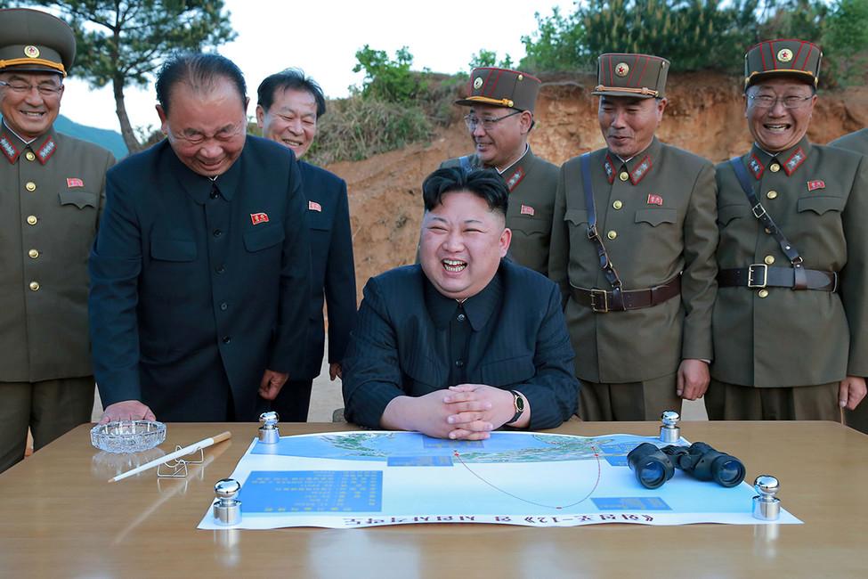Глава Северной Кореи Ким Чен Ынвовремя испытания баллистической ракеты. Фото: KCNA/ Reuters