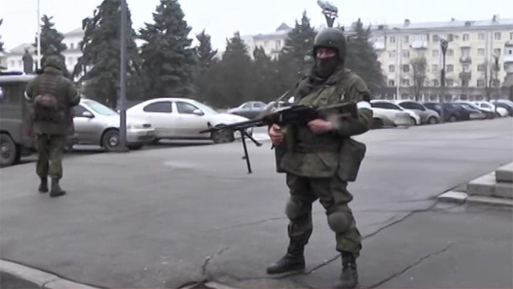 Центр Луганска захватили вооруженные люди без опознавательных знаков