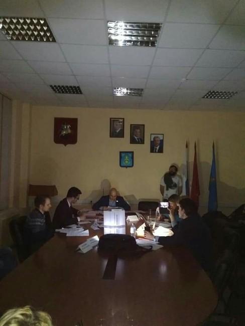 Зал заседания совета депутатов после отключения света. Фото: Денис Прокуронов.