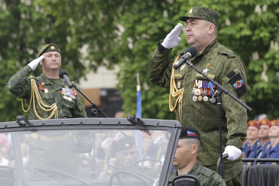 Игорь Плотницкий (справа), 9мая 2017 года вЛуганске. Фото: Alexander Ermochenko/ Reuters