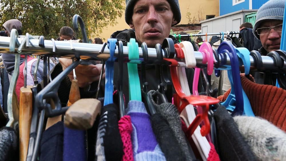 НИУ ВШЭ: 37% россиян немогут позволить себе еду или одежду