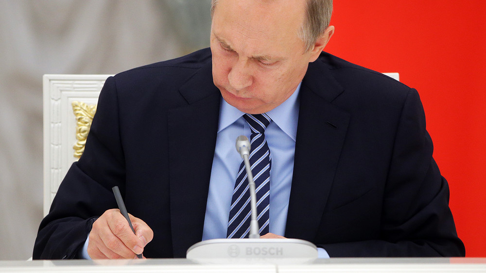 Путин подписал закон оСМИ-иноагентах
