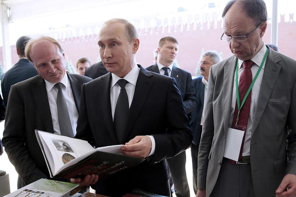 Книги про самогон, диеты иСталина. Что закупает управделами президента