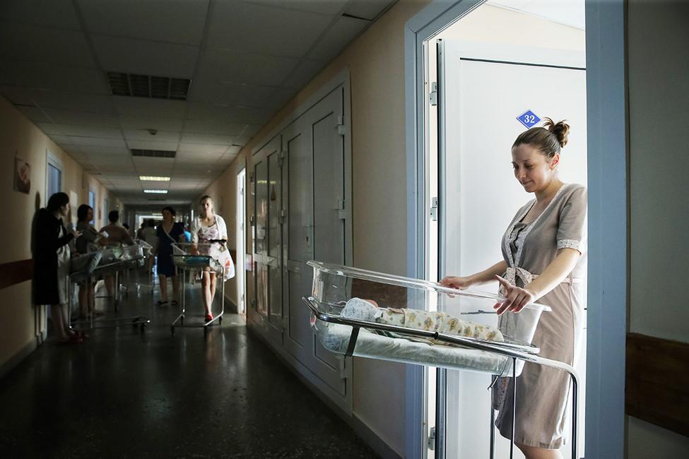 Женщина сноворожденным ребенком вперинатальном центре. Фото: Александр Рюмин/ ТАСС