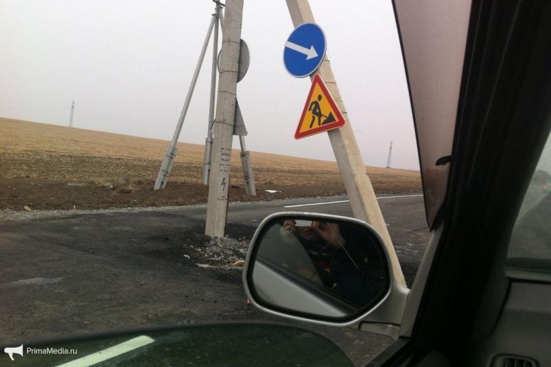ВПриморье заасфальтировали дорогу состолбом ЛЭП посередине