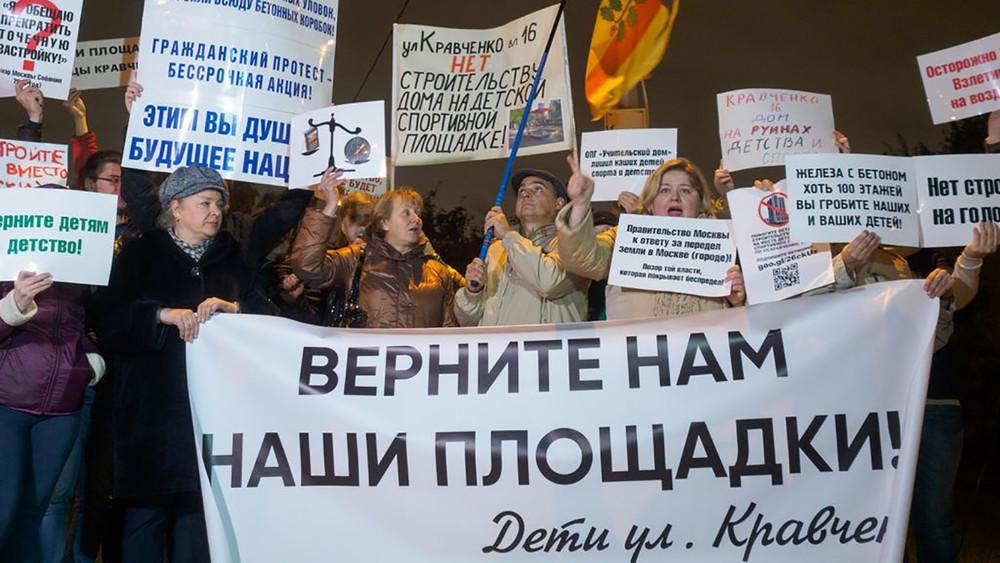 «Гражданская война» из-за детской площадки. Жители Ломоносовского района требуют остановить незаконную стройку