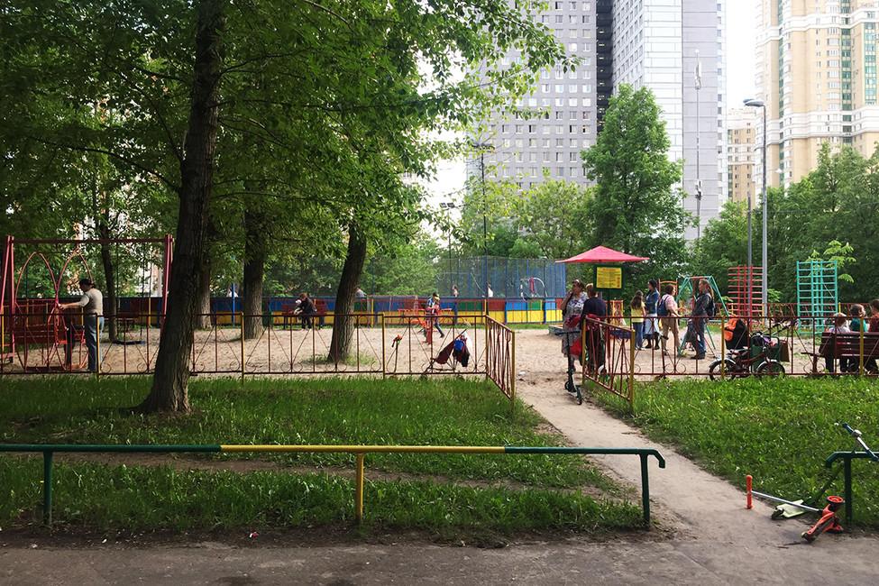 """Детская испортивная площадки, которые были снесены врезультате стройки. Фото: """"Защита Детской Спортивной Площадки Кравченко 16/ Вконтакте"""