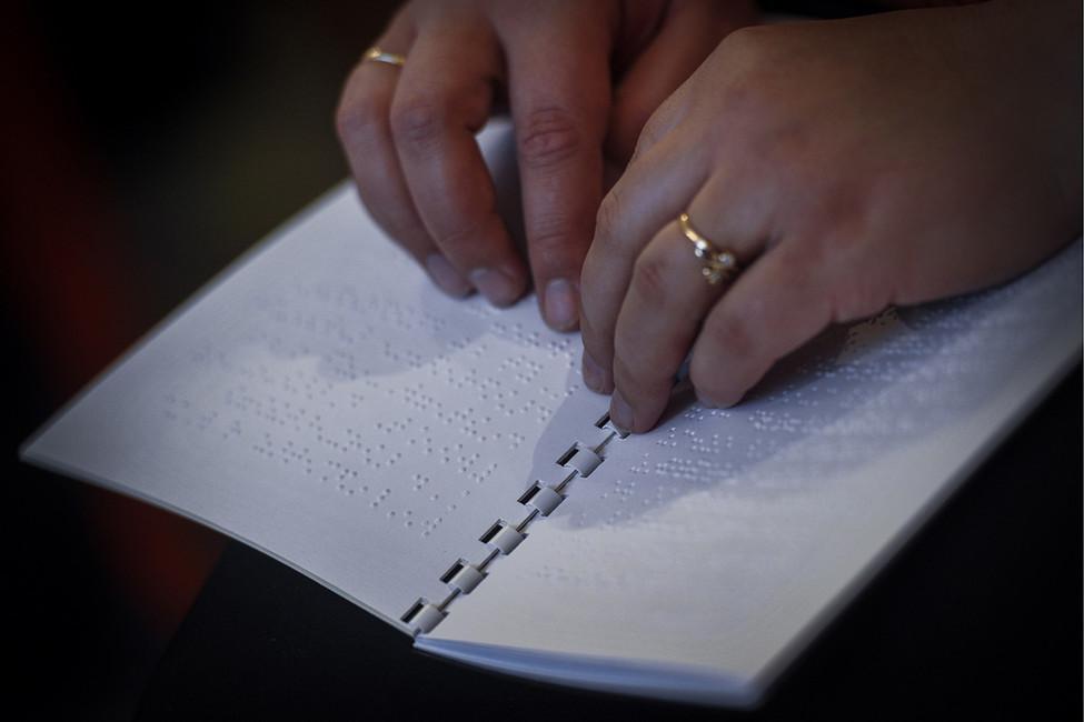 Вовремя чтения книги, напечатанной шрифтом Брайля. Фото: Евгений Курсков/ ТАСС