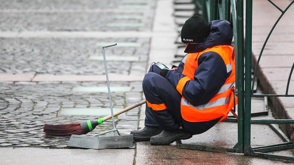 Дворникам изВнуково, протестующим из-за невыплат зарплат, пригрозили увольнением