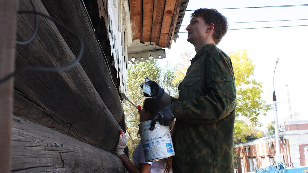 Волонтера иркутского штаба Навального оштрафовали запокраску наличников